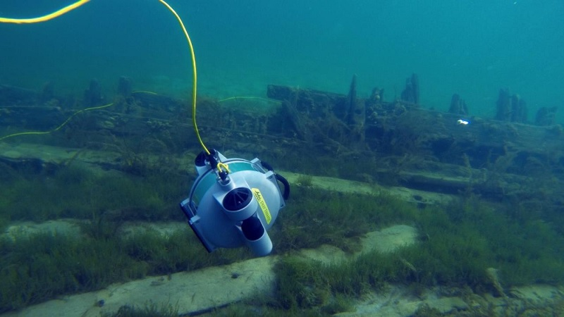 Comparing an underwater drone or ROV