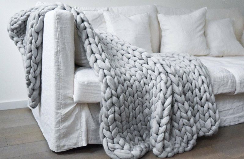 How to choose the perfect sofa blanket for your living room?